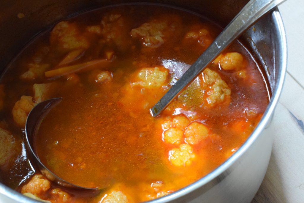 pan met hongaarse soep met bloemkool, dumplings en paprika